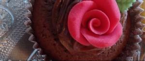 Schokoladen-Cupcake mit Rose