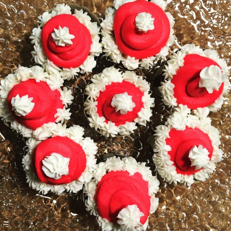 Santa-Claus-Cupcakes von oben