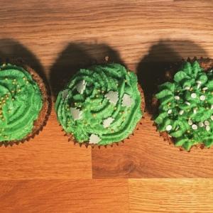 Apfel-Zimt-Cupcakes mit grünem Frosting
