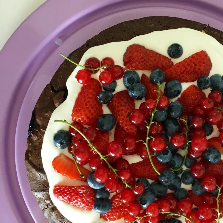 Brownie-Kuchen mit Beeren
