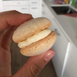 Macarons in der Hand