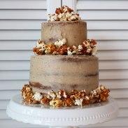 Zweistöckige Torte mit caramelisiertem Popcorn