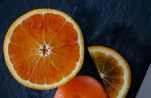Orangen in Scheiben schneiden.