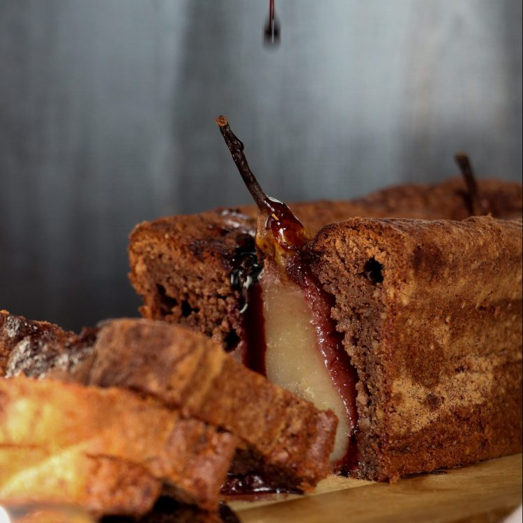 Schokoladen Cake mit eingelegter Birne