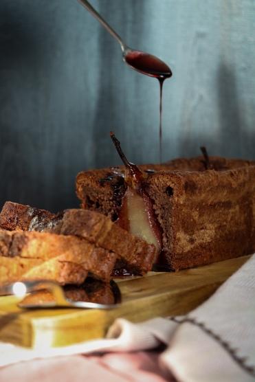 Cake aus Schokolade mit Rotweinbirne